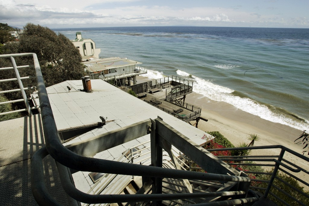 FILE - In this April 20, 2007 file photo beachgoers have this view of public beach and private residences from the top of a stairway access to Escondido Beach in Malibu, Calif. A new smartphone app that shows users a map of more than 1,500 access points along the California coast was created with help from a tech billionaire whose elaborate wedding ran afoul of state regulators. (AP Photo/Reed Saxon,File)