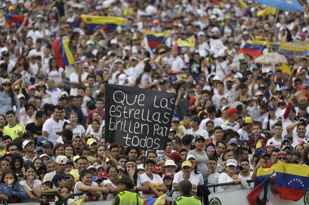 Numerosas personas comienzan a llenar el lugar del concierto Venezuela Aid Live en la parte colombiana del puente internacional Las Tienditas, en la frontera con Venezuela, el viernes 22 de febrero de 2019. (AP Foto/Fernando Vergara)