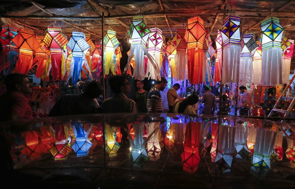 Customers shop for lanterns at a roadside Diwali market in Mumbai. REUTERS/Shailesh Andrade