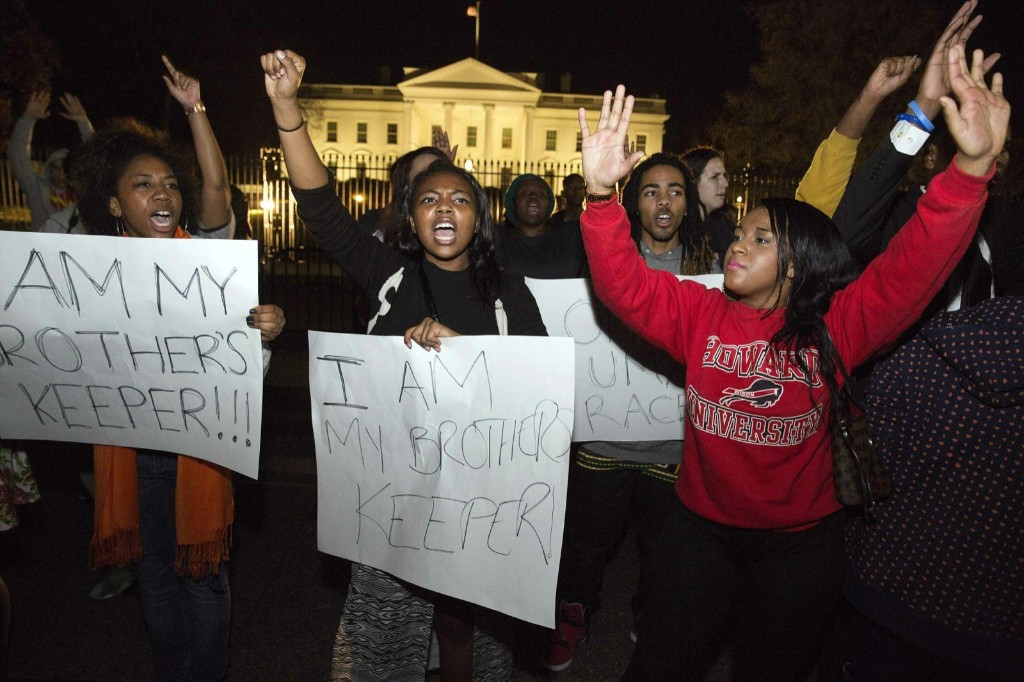 Protesters demonstrate in front of the White House. REUTERS/Joshua Roberts