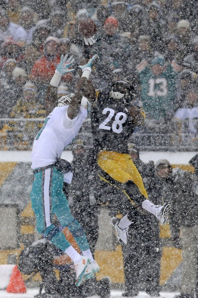 Steelers cornerback Cortez Allen breaks up pass intended for Dolphins Mike Wallace. AP Photo/Tom E. Puskar