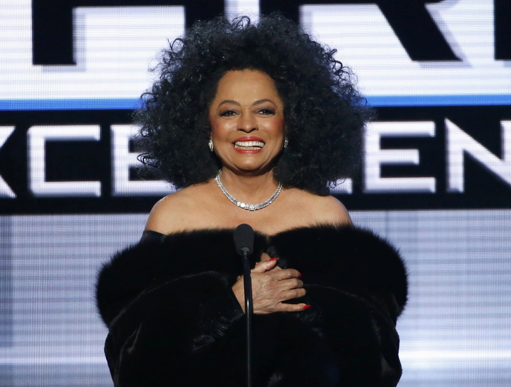 Diana Ross presents the Dick Clark Award for Excellence. REUTERS/Mario Anzuoni