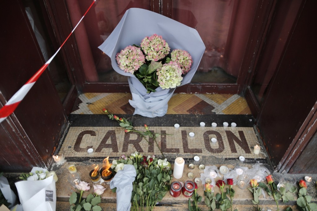 Flowers on the doorstep of Le Carillon restaurant the morning after a series of deadly attacks in Paris. REUTERS/Christian Hartman