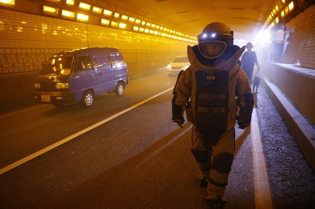 A member of the South Korean SWAT team during anti-terror drill in Seoul. REUTERS/Kim Hong-Ji