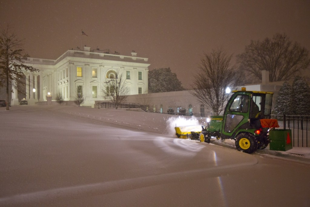 Workers begin the processes of clearing snow at the White House. AP Photo/Pablo Martinez Monsivais)