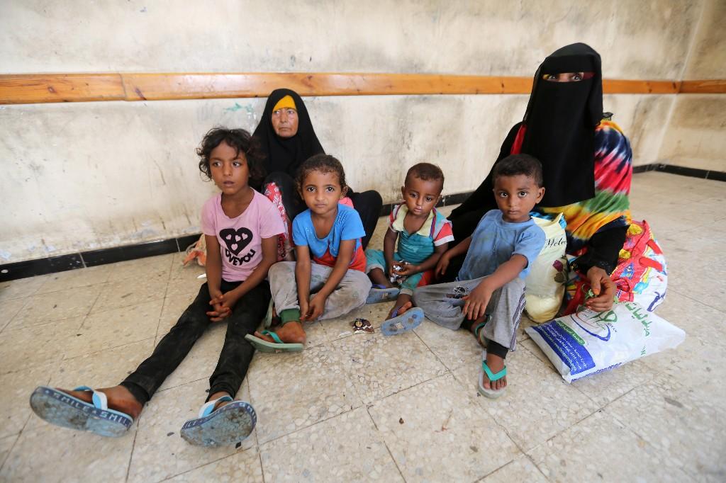 Yemeni civilians shelter in schools from air strikes in battle for major port