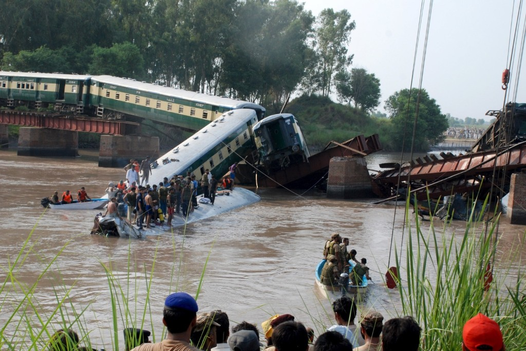 Pakistan army soldiers and rescue workers after a train fell in a canal near Gujranwala. REUTERS/Stringer