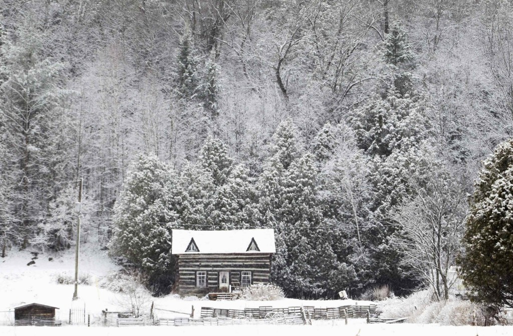 Snow covers a log cabin in Kawartha Lakes, Ontario after one of the latest spring snowfalls in recent history. REUTERS/Fred Thornhill