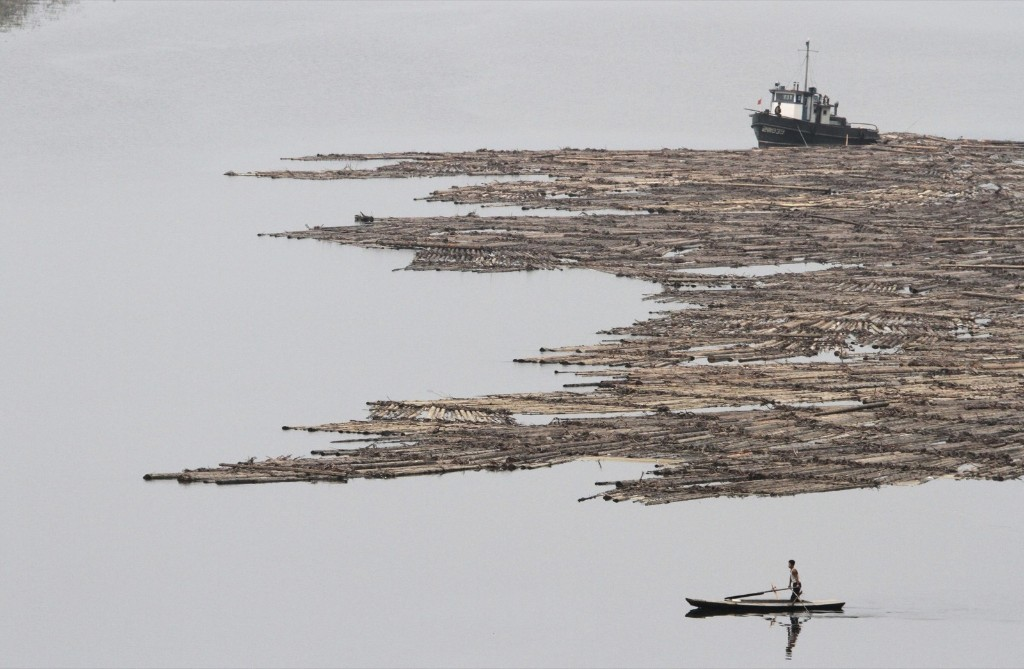A North Korean man rows on the Yalu River near Hyesan. REUTERS/Jacky Chen