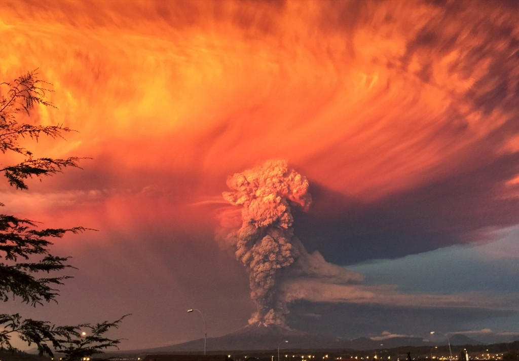 Smoke and ash rise from the Calbuco volcano as seen from the city of Puerto Montt, Chile. REUTERS/Rafael Arenas