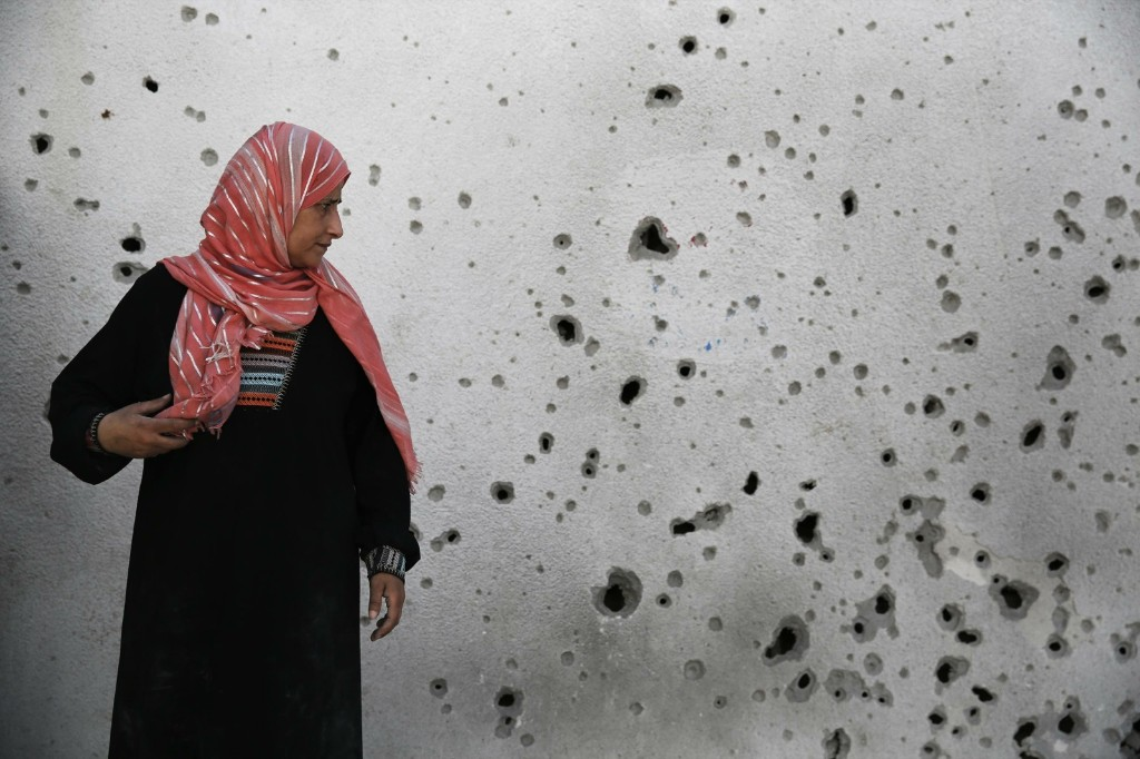 Palestinian woman at a hospital in Beit Hanoun. REUTERS/Finbarr O'Reilly