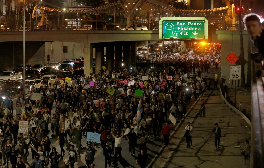 Demonstrators take over the Hollywood 101 Freeway in protest of the election of Donald Trump. REUTERS/Mario Anzuoni