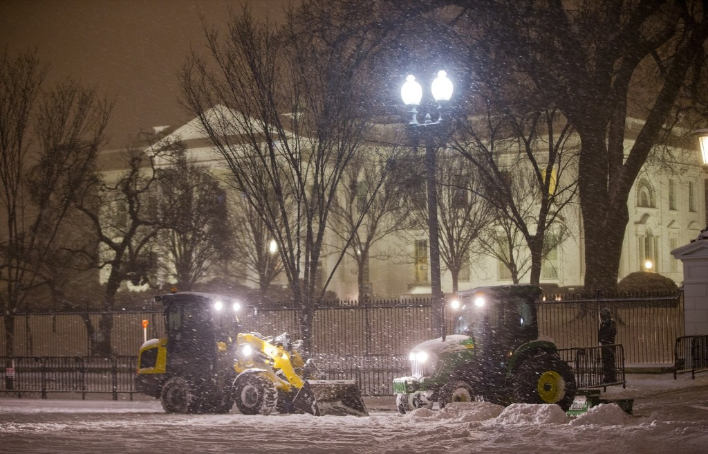 Workers begin the processes of clearing snow on Pennsylvania Ave. in front of the White House. AP Photo/Pablo Martinez Monsivais