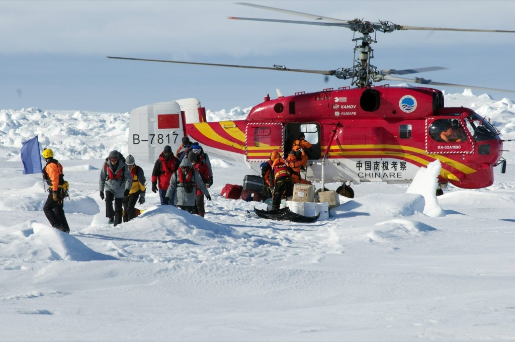 A helicopter from the Chinese icebreaker Xue Long unloads rescued passengers from the ice-bound Russian ship, Akademik Shokalskiy, in East Antarctica, REUTERS/Fairfax/Australian Antarctic Division/via Reuters