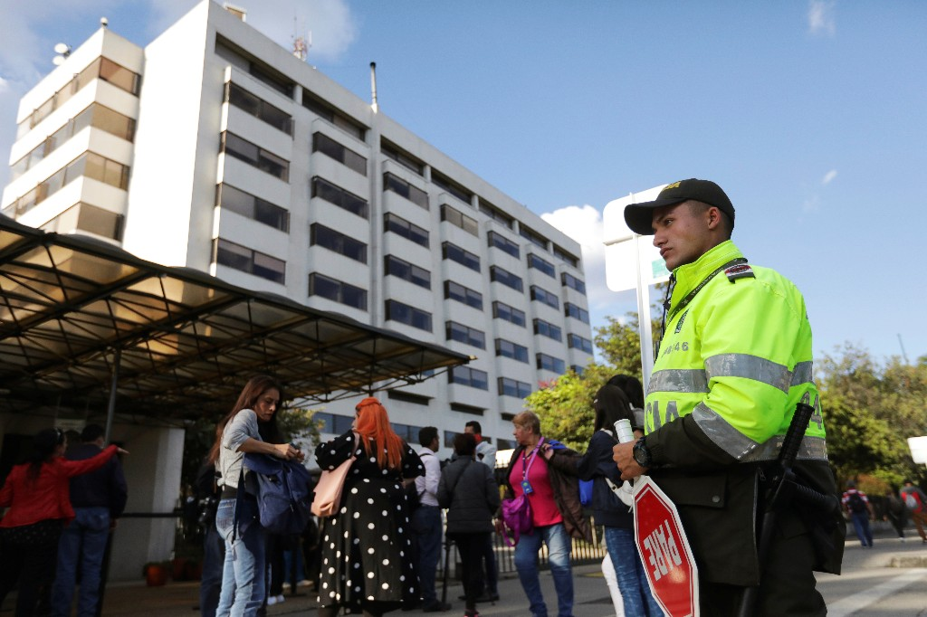 A police officer stands guard outside one of the hospitals where victims of a car bomb explosion are being treated, according to authorities, in Bogota, Colombia January 17, 2019. REUTERS/Luisa Gonzalez