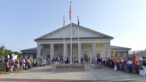US clerk detained for denying gay marriages
