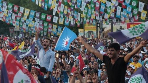 Turkey removes pro-Kurdish mayors, arrests more than 400