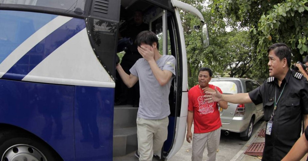 Philippines: About 3,000 Chinese expelled in $830m 'visa scam'