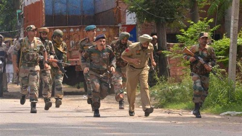 Gunmen in army uniform storm India police station