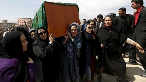 Afghan women carry body of lynched woman to burial