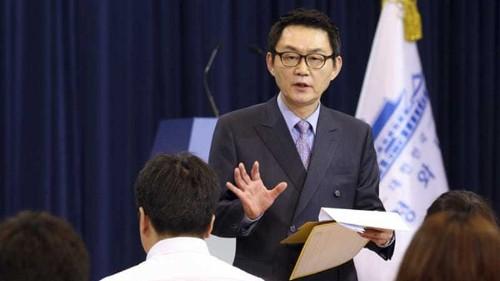 S Korea president sacks chief spokesman