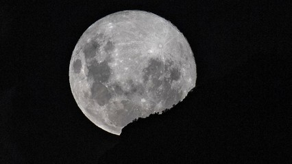 World witnesses supermoon from lockdown