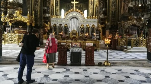 Pro-Russian clerics resist official pressure to join new church