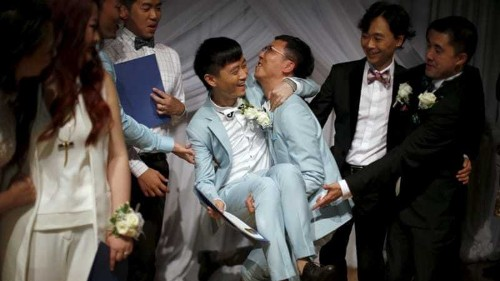 Contest-winning gay couples from China say 'I do' in US