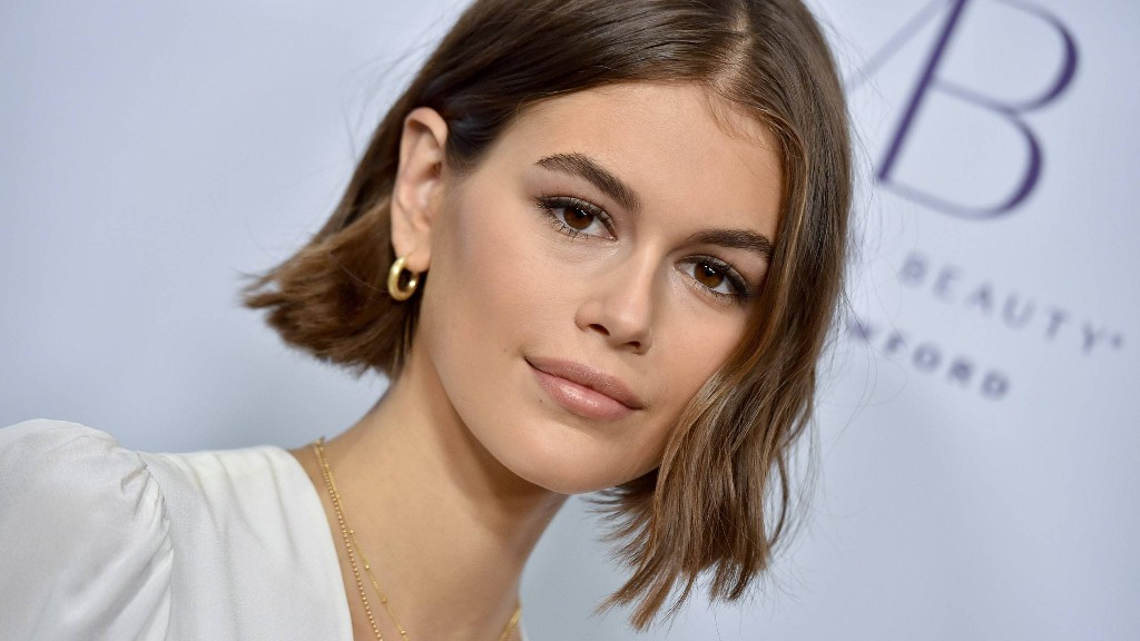 Kaia Gerber Tried to Apply Perfume With a Broken Arm, and the Struggle Is Real