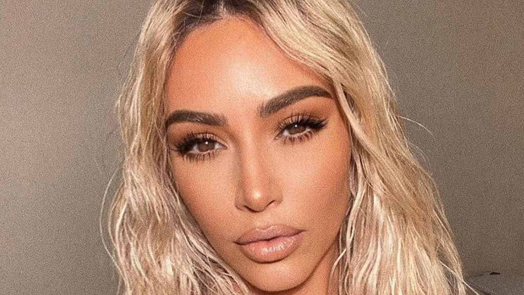 Kim Kardashian Just Revealed How She Reapplies Sunscreen With a Full Face of Makeup On