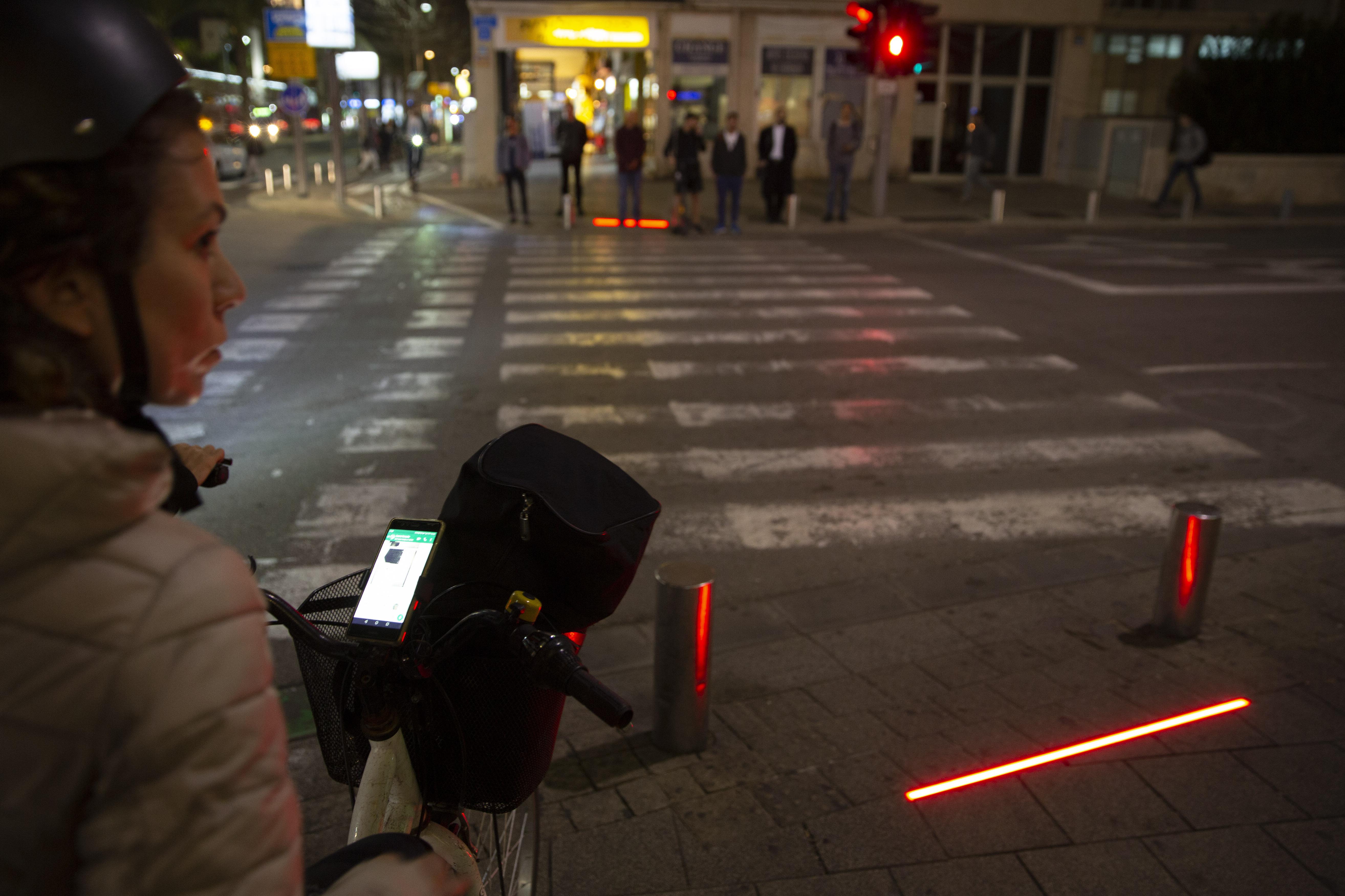 Tel Aviv deploys 'zombie lights' for mobile-obsessed walkers