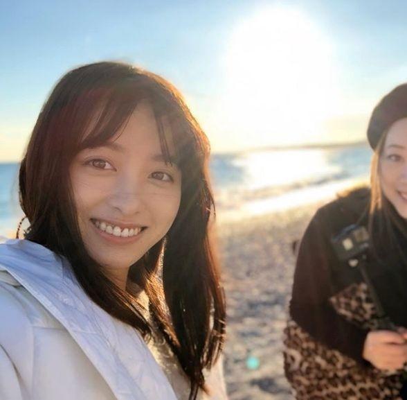 하시모토 칸나, 빛나는 햇살 배경으로 '스마일'