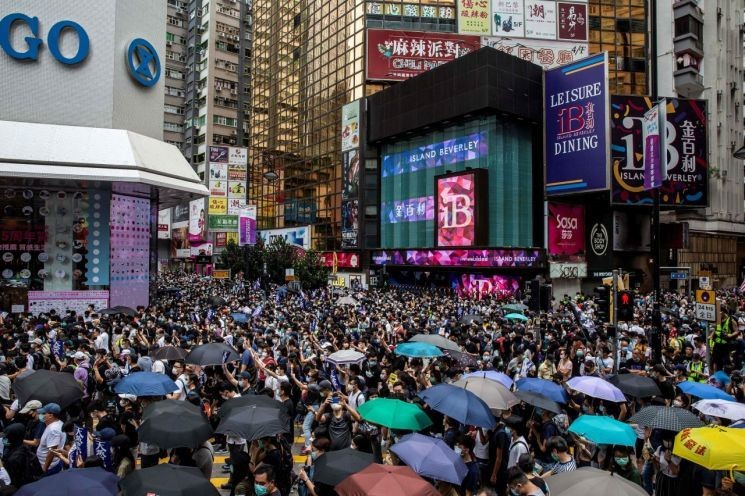 """中전인대 상무위원장 """"홍콩보안법, 차질없이 제정"""" 강행의지…홍콩 반대시위 격화"""