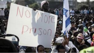 مهاجرون أفارقة يحتجون على قانون الاحتجاز في إسرائيل