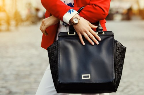 9 things you should never keep in your purse