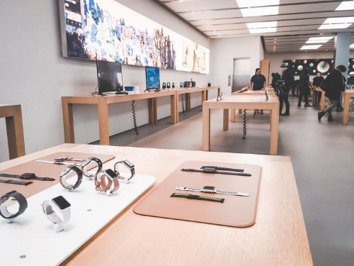 We visited Best Buy and an Apple Store to see which was a better shopping experience — and the winner was clear