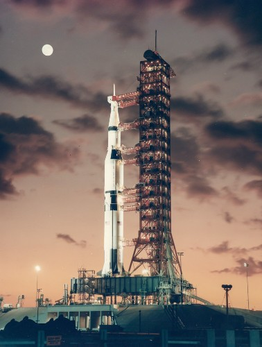 Here's how SpaceX's Falcon Heavy rocket compares to the Apollo moon rocket
