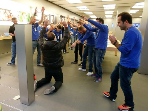 This Fantastic Photo Of The First Guy In Line At An Apple Store In Germany Tells You All You Need To Know About Why Apple Is Different From Other Companies