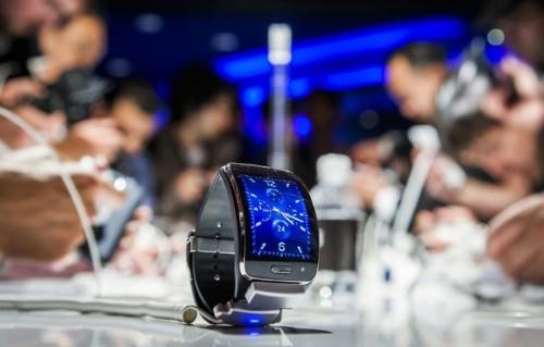 Samsung unveils new smartwatch to challenge Apple Watch