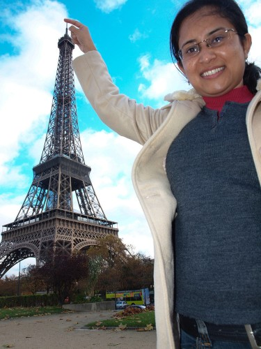 8 Pictures That Tourists Love Taking With The Eiffel Tower