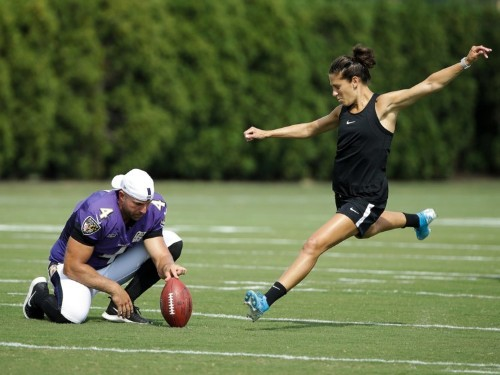 NFL fans are calling for the Jets to sign Carli Lloyd after their first-year kicker missed 2 kicks