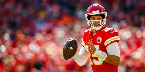 Patrick Mahomes injures knee, trainer pops kneecap back into place - Business Insider
