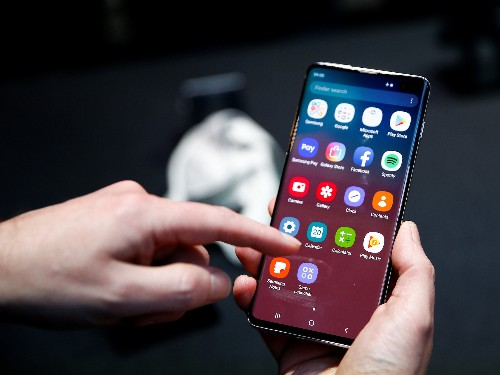 A bug in Samsung's Galaxy S10 lets anyone unlock the phone with any fingerprint - Business Insider