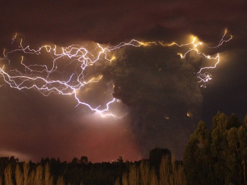 Here's how the incredible phenomenon of 'volcano lightning' happens