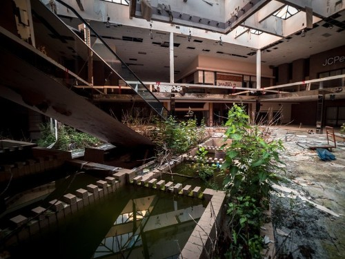 Haunting photos of a dead Ohio mall reveal a new normal in America