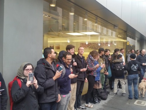 The first rally to support Apple's fight with the FBI just happened at the Apple Store in San Francisco