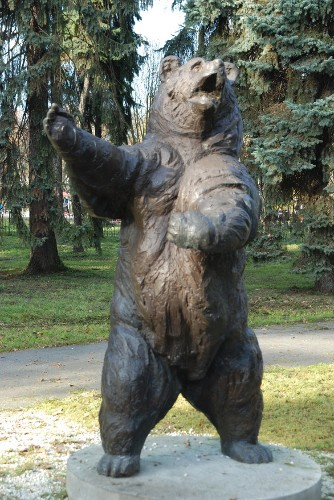 The story of Wojtek: The 440-pound bear that drank, smoked, and carried weapons for the Polish army during World War II