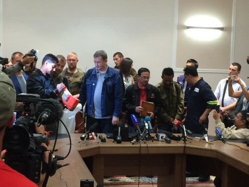 Pro-Russian Separatists Officially Hand Over Black Boxes From MH17