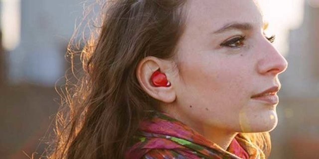 This smart earpiece translates languages as they are spoken