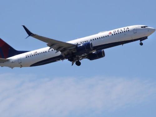 Delta flight stranded 18 hours, passengers slept on airplane floor
